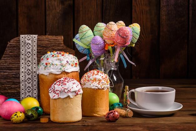 Pasen-cake en kleurrijke eieren met theekop