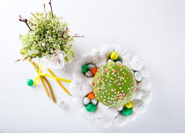 Pasen-cake en kleurrijke eieren voor de traditionele vakantielijst