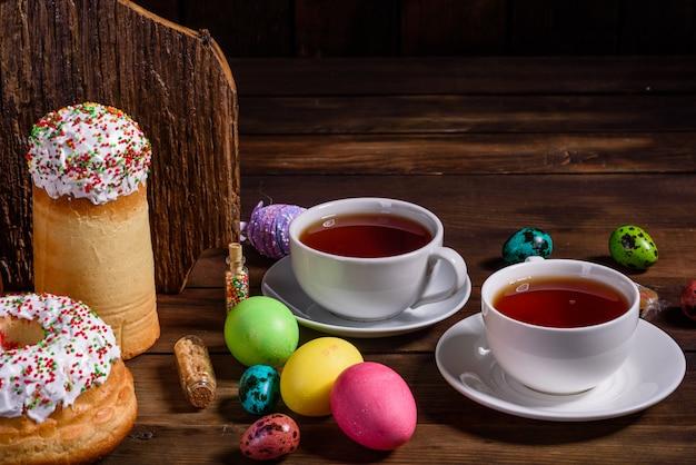 Pasen-cake en kleurrijke eieren
