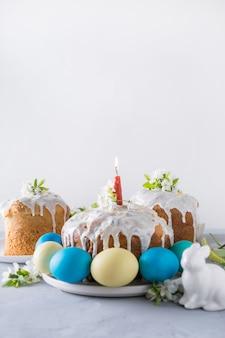 Pasen-cake en kleurrijke traditionele eieren. detailopname.