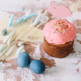 Pasen-cake kleurrijke eieren en wilgentakken, gelukkig pasen-vakantieconcept