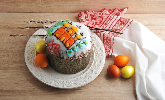 Pasen-cake met gekleurde eieren en wilgentakjes