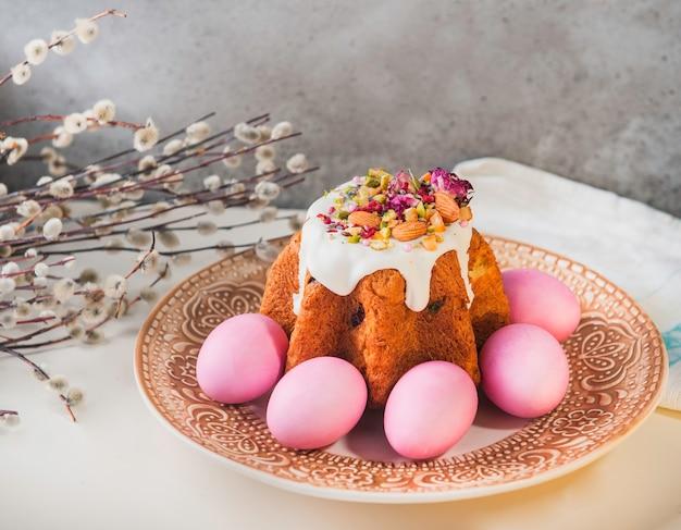 Pasen cake met pasen beschilderde eieren op een tafel