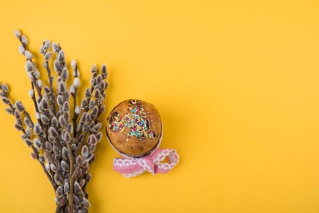 Pasen-cake met wilgentakken op lijst