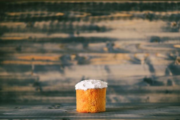 Pasen-cake met witte room op een houten achtergrond