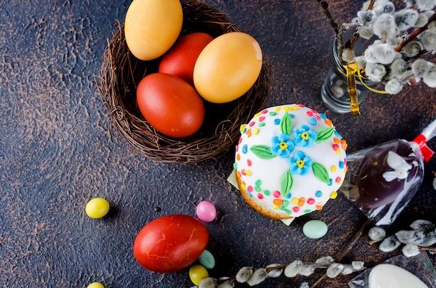 Pasen-cake, rode eieren, vakantiedecoratie en couvert voor pasen