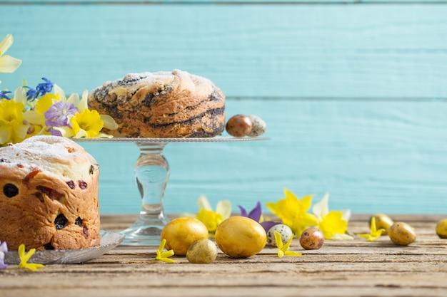 Pasen-cakes en eieren op blauwe houten achtergrond