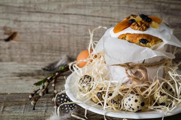 Pasen-cakes met eieren, rustieke houten achtergrond