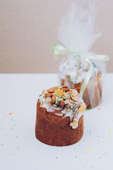 Pasen-cakes versierd met suikerglazuur, noten, gekonfijt fruit