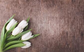 Pasen-concept - bloemen (witte tulpen) op rustieke houten achtergrond