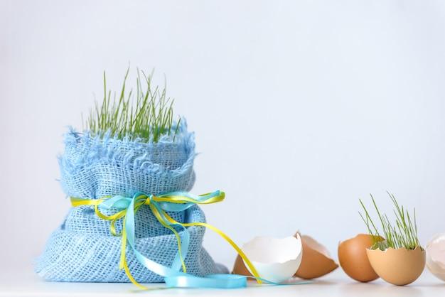 Pasen-concept: eiershell en jong gras