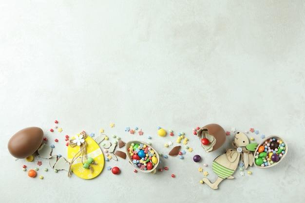 Pasen-concept met chocolade-eieren op wit gestructureerd oppervlak