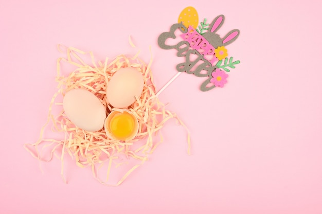 Pasen-concept op een roze achtergrond. ei op een houten lepel. een lade van eieren op een witte en roze achtergrond. eco dienblad met testikels. minimalistische trend, bovenaanzicht. eiertray. pasen concept.