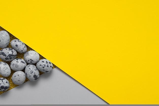 Pasen creatief papier achtergrond met eieren in trendy kleuren met kopie ruimte
