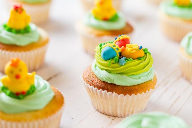 Pasen cupcakes op witte houten lijst