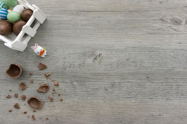 Pasen dag achtergrond met chocolade-eieren en konijn