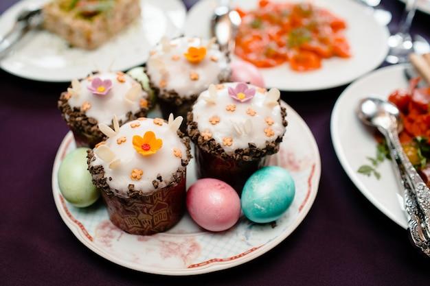 Pasen-dagcakes en kleurrijke eieren