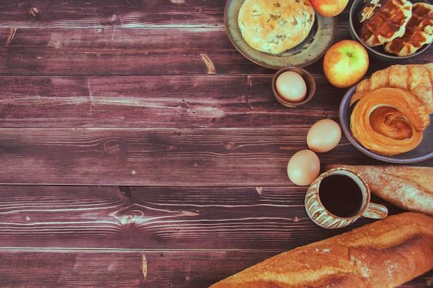 Pasen-decoratie met eieren en broden op uitstekende houten achtergrond