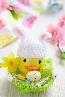 Pasen decoratie met kleine eend en eieren