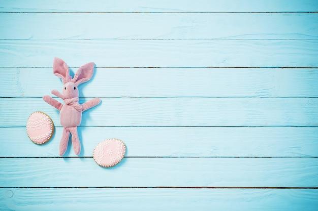 Pasen-decoratie op blauwe houten achtergrond