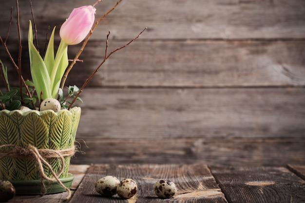 Pasen-decoratie op oude houten achtergrond