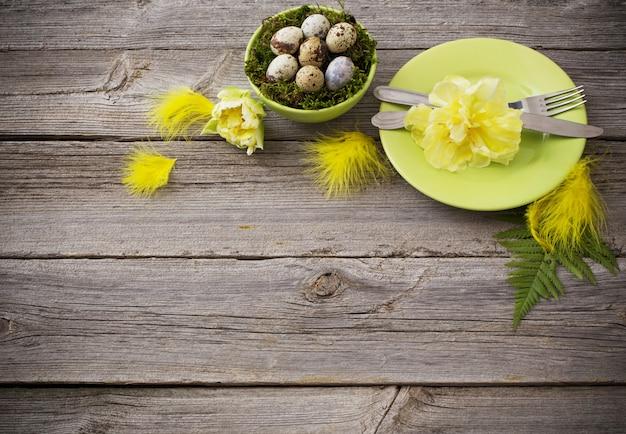 Pasen-decoratie op oude houten lijst