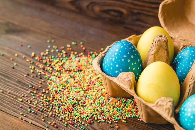 Pasen-decoratie van gekleurde eieren op een houten lijst