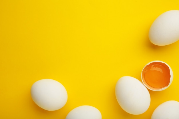 Pasen-decoratie witte eieren op gele achtergrond.