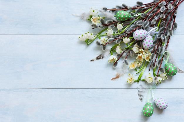 Pasen-decoratiepaaseieren, pussy wilg en sneeuwklokjes. bovenaanzicht, close-up, vlakliggend