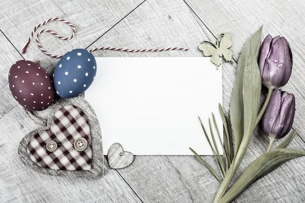 Pasen-decoraties rond lege kaart