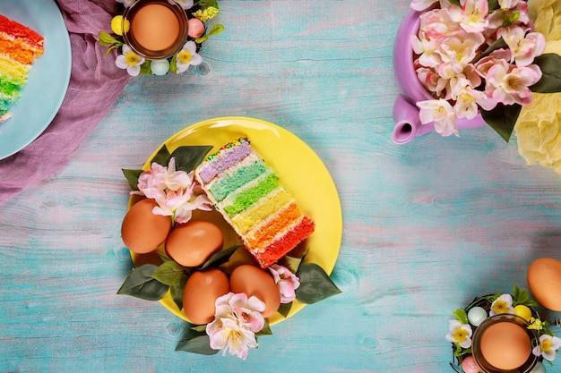 Pasen-dessert kleurrijke cake met hagelslag en eieren