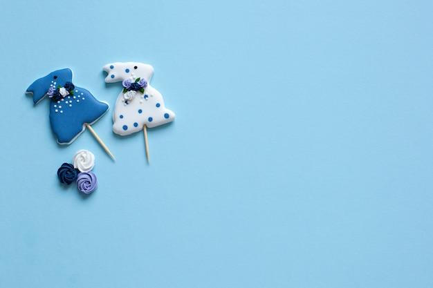 Pasen - geglazuurde bunny vormige cookies op witte muur. vrolijk pasen muur met pastel gekleurde pasen cookies - konijntjes en bloemen. lentebloemen en pasen peperkoek konijnen op tafel.