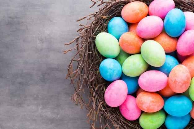 Pasen gekleurde eieren op de vintage achtergrond