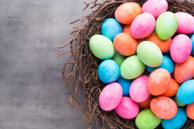 Pasen gekleurde eieren op de vintage achtergrond.