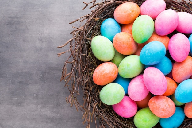 Pasen gekleurde eieren op de vintage.