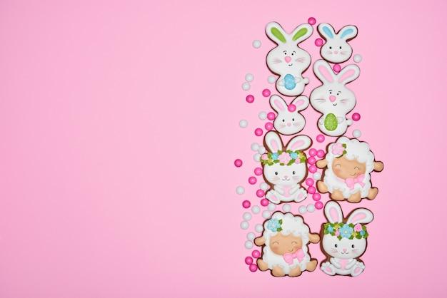 Pasen gemberbraed ingericht over roze pastel achtergrond
