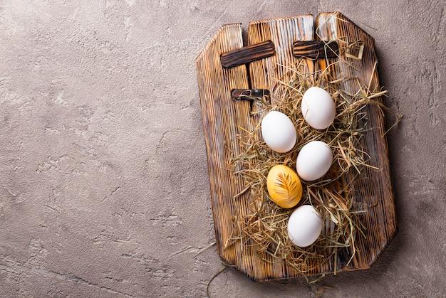 Pasen geschilderd kippen gouden ei