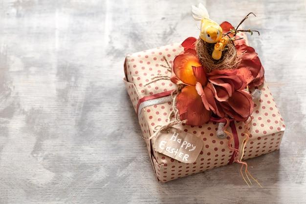 Pasen-gift op een witte houten achtergrond.