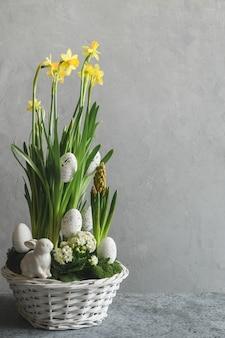 Pasen handgemaakte bloem compositie met bloesem narcis