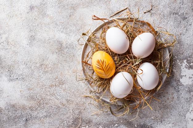 Pasen-kippen gouden en witte eieren