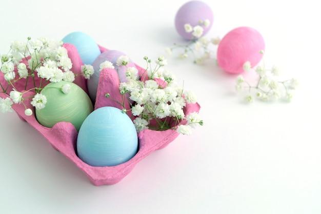 Pasen-kleur geschilderde eieren op een witte achtergrond.