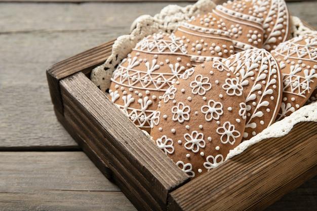 Pasen-koekjes in een doos op een oude houten oppervlakte. close-up. paaseieren