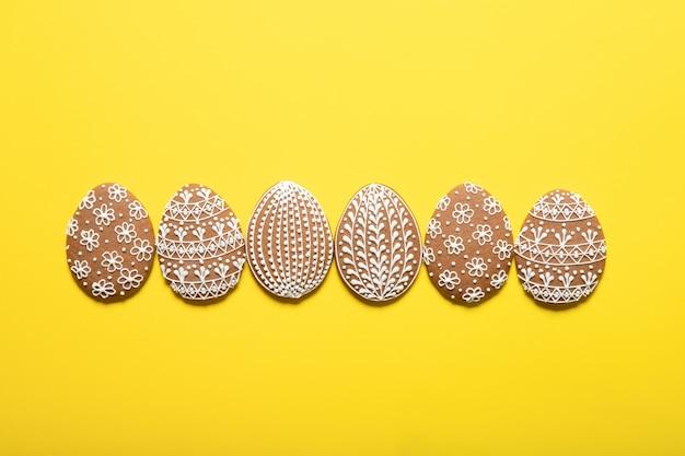 Pasen-koekjes op een gele achtergrond. plaats voor tekst. paas eieren.