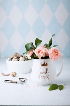 Pasen-lente decoratieve samenstelling met eigengemaakte pasen-kwartelseieren en rozen. . vakantie feest decoraties. gelukkig pasen. felicitatie easterwall.
