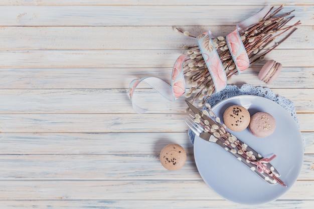 Pasen-lijst die met wilgentakken en kleurrijke eieren plaatsen