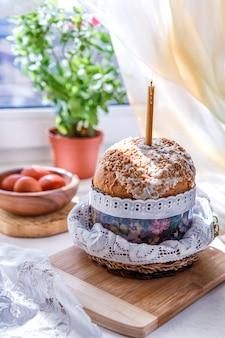 Pasen-lijst met pasen-cakes en paaseieren met een bloeiende tak