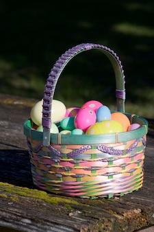 Pasen-mand met kleurrijke plastic eieren