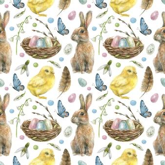 Pasen naadloze patroon is met de hand getekend. nest met gekleurde eieren, konijn, kuiken, vlinders en lentebloemen