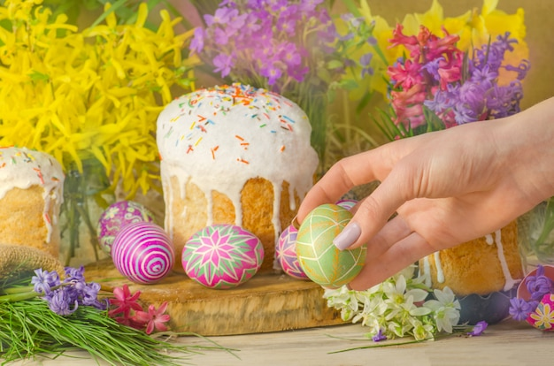 Pasen paska of kulich. pasen-cake op licht