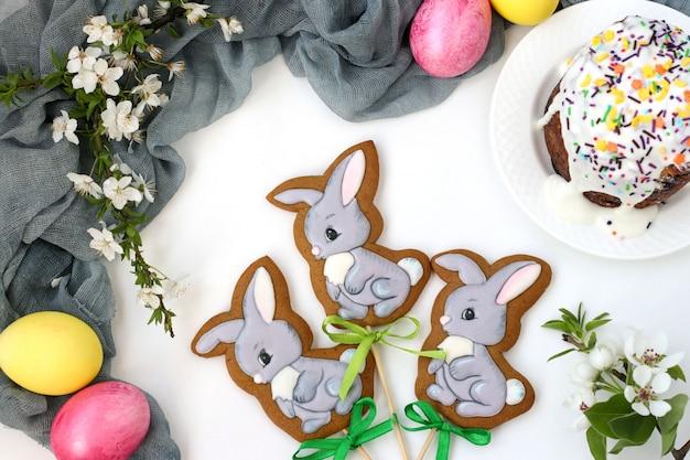Pasen-peperkoek in de vorm van leuke die konijnen op stokken op een witte achtergrond, hoogste mening worden gevestigd